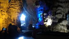 サダン洞窟内はとてもすずしいです。塗れている場所もありますので、足を滑らせないようにお気を付けください。